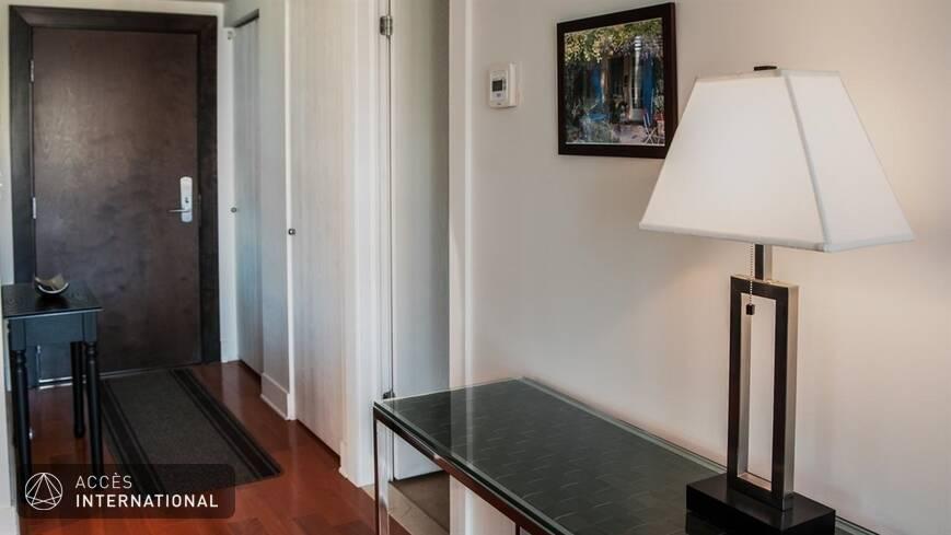 situ au centre ville de montr al condo meubl quip louer. Black Bedroom Furniture Sets. Home Design Ideas