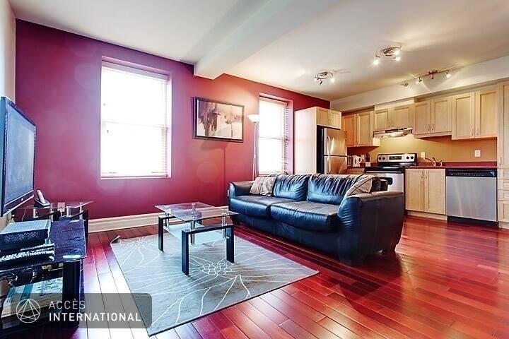 appartement meubl lou au centre ville de montr al unit de coin tr s lumineux. Black Bedroom Furniture Sets. Home Design Ideas